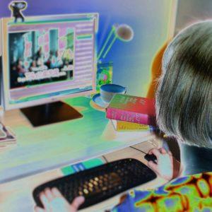 Autorka przy komputerze.